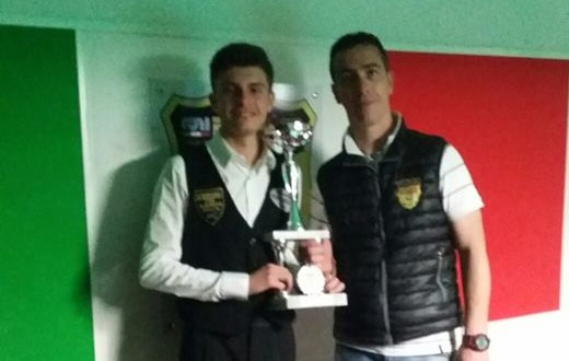 Gianluca Bondice premiato da Giuseppe Di Betta del New Games e Billiards